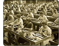robotnicy w fabryce